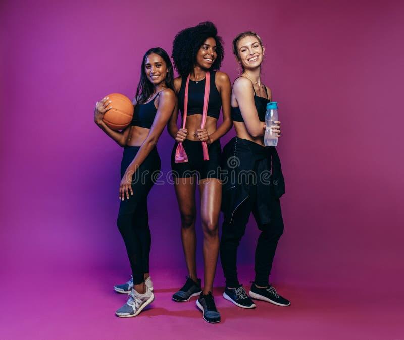 Vrouwen in sportkleding bij geschiktheidsstudio stock afbeelding