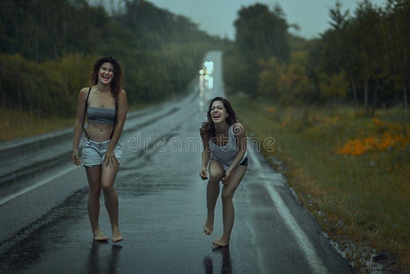 Vrouwen squirmy op de weg stock fotografie