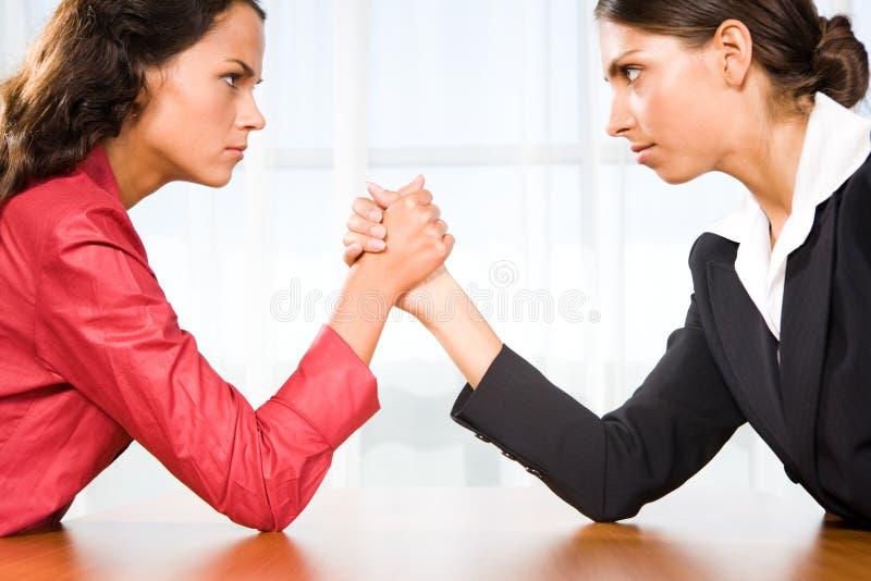 Vrouwen in strijd stock fotografie