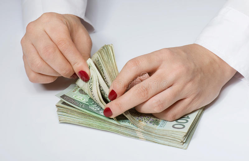 Vrouwen tellend geld door handen stock foto