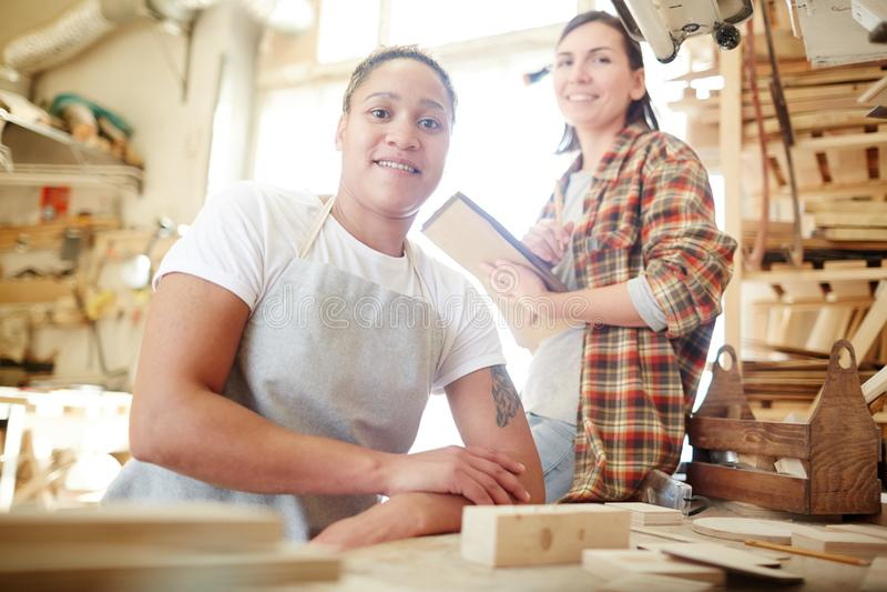 Vrouwen in timmermansworkshop royalty-vrije stock afbeelding