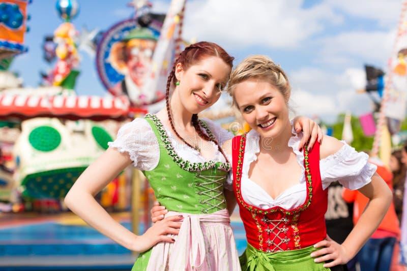 Vrouwen in traditionele Beierse kleren of dirndl op festival stock foto's