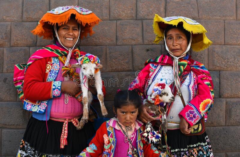 Vrouwen in traditionele kleding in het Plein Cusco Peru stock afbeelding