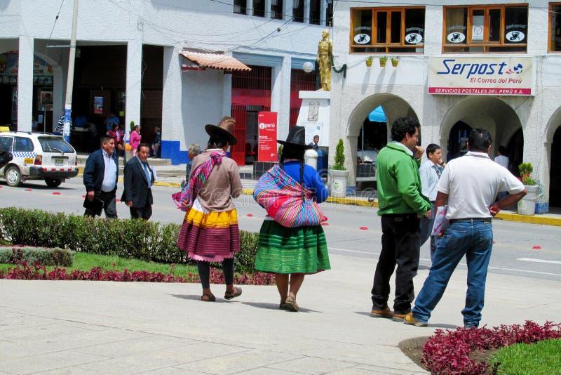 Vrouwen in traditionele Peruviaanse kleren en hoeden op de straten van Cuzco-stad stock afbeelding
