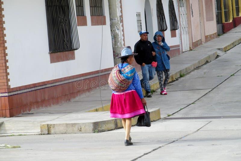 Vrouwen in traditionele Peruviaanse kleren en hoeden op de straten van Cuzco-stad royalty-vrije stock foto