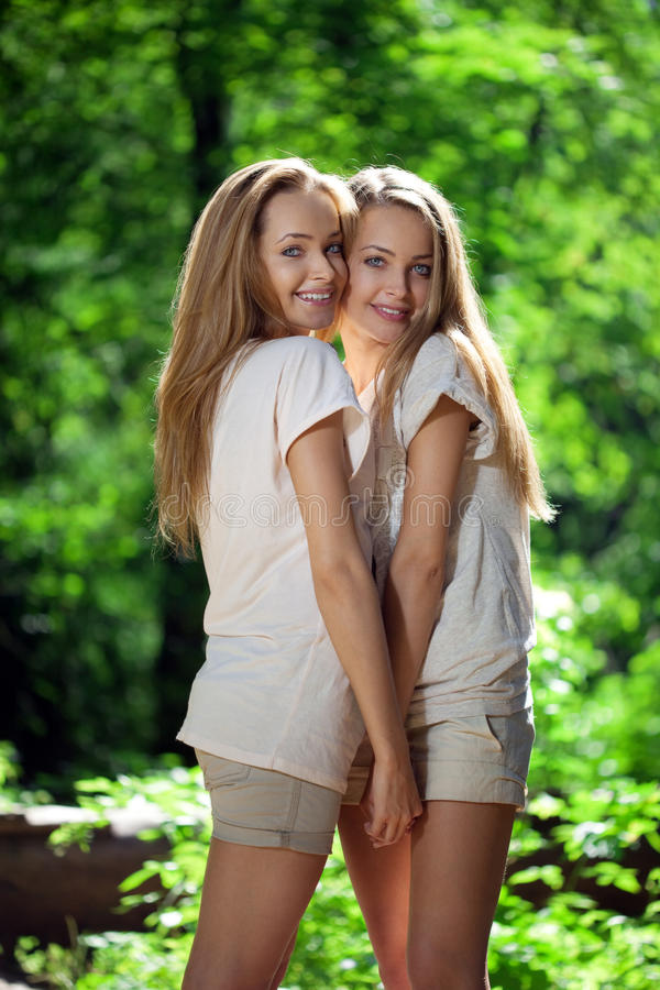 Vrouwen, tweelingen in het bos stock foto