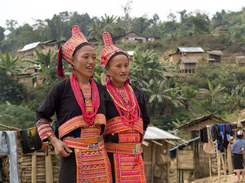 Vrouwen van de Akha-stam in traditionele kostuums. stock afbeelding