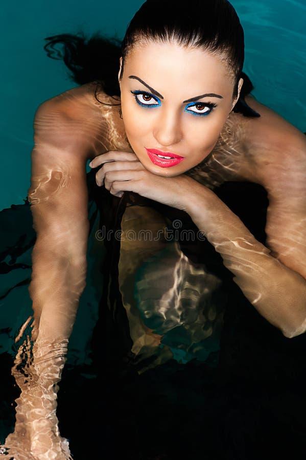 Vrouwen van het schoonheids de sexy gezicht in water royalty-vrije stock fotografie