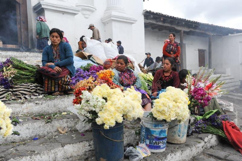 Vrouwen verkopende bloemen voor kerk van Santo Tomas in Chich royalty-vrije stock afbeelding