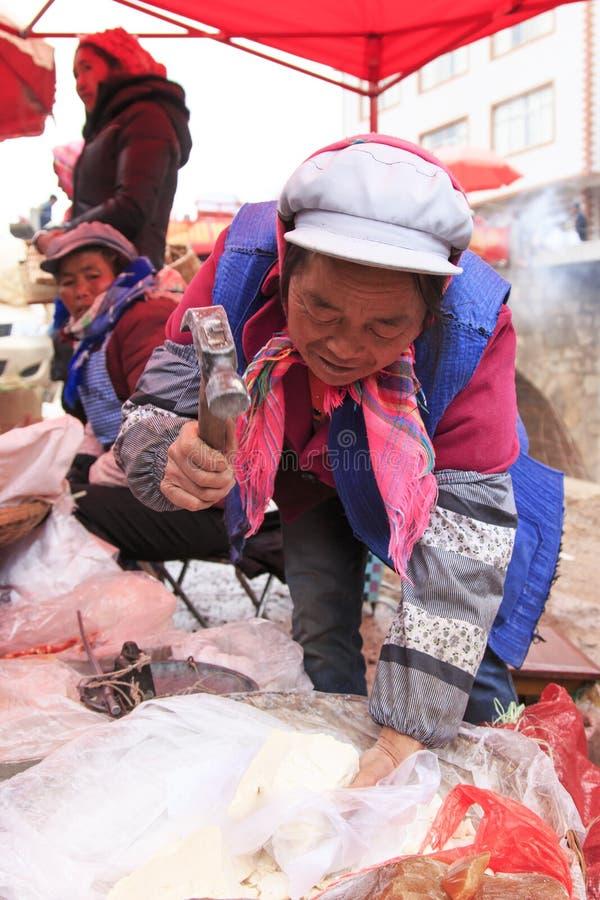 Vrouwen verkopende suiker in een lokale markt in China royalty-vrije stock afbeelding