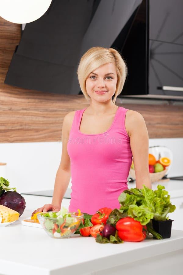 Vrouwen verse rauwe groenten die thuis koken royalty-vrije stock foto's