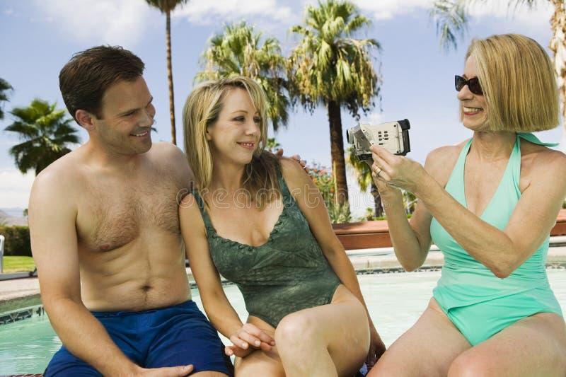 Vrouwen Video Vastbindend Paar door Pool royalty-vrije stock foto