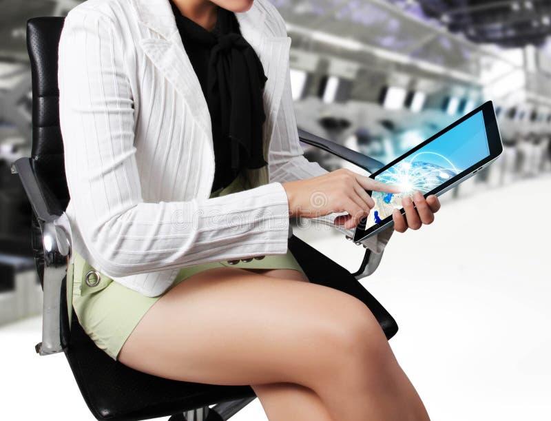 vrouwen voorgrond met tablet in haar handen vector illustratie
