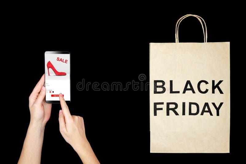 Vrouwen vrouwelijke volwassen handen met smarthpone die manier nieuwe rode hoge hielen met verkoop of kortings en het kopen het i stock fotografie
