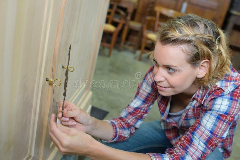Vrouwen werkend hout in workshop stock afbeelding