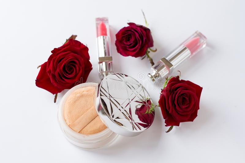Vrouwen wit bureau met toebehoren, decoratieve schoonheidsmiddelen en bloemen royalty-vrije stock foto's