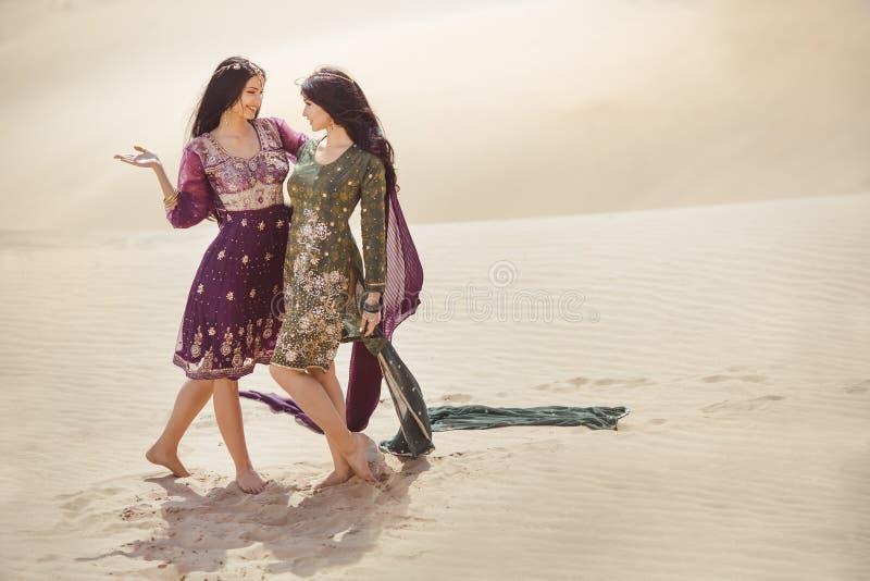 Vrouwen in woestijnlandschap reis concept stock foto's