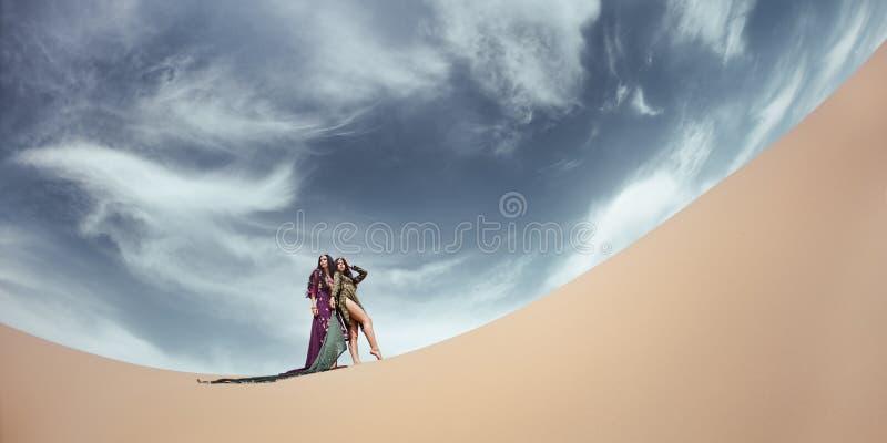 Vrouwen in woestijnlandschap reis concept stock afbeeldingen