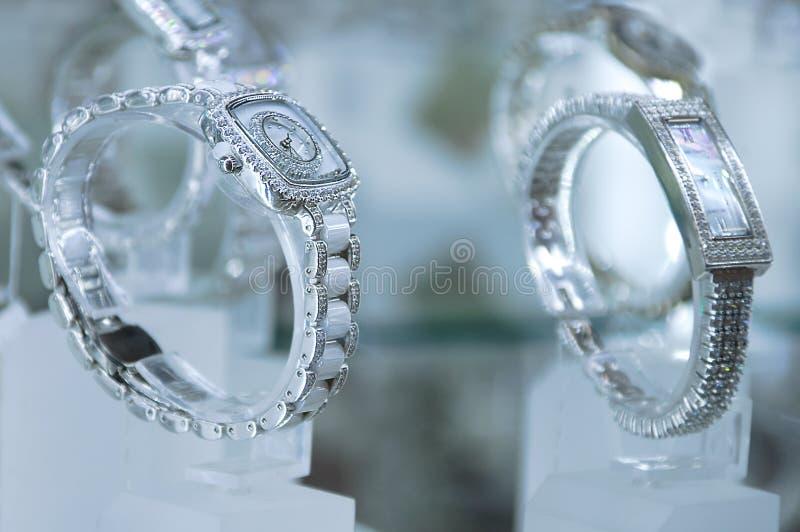 Vrouwen zilveren horloge stock fotografie