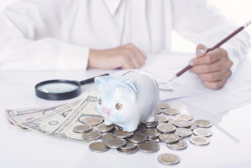 Vrouwenaccountant of bankier die berekeningen het sparen maken stock afbeelding