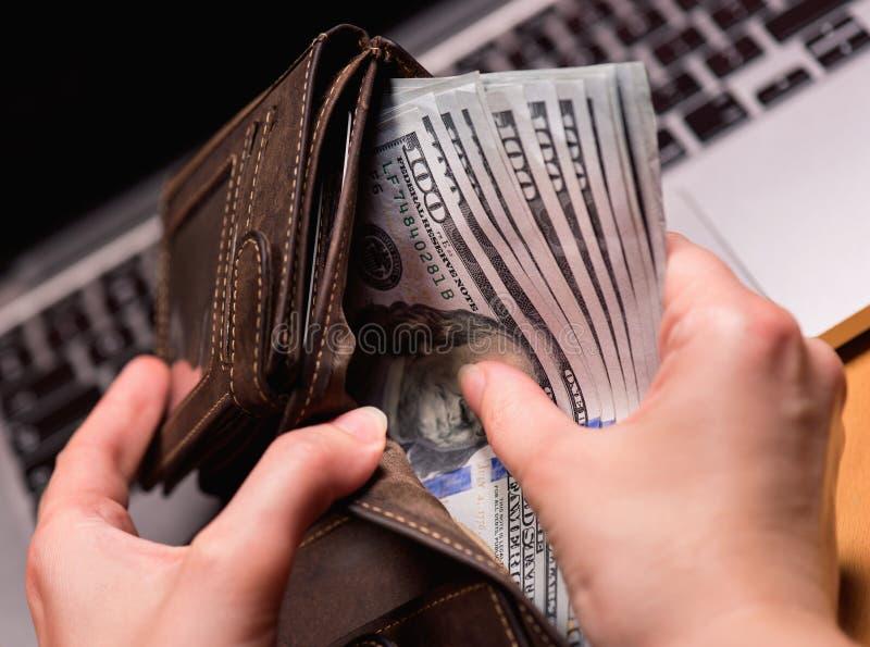 Vrouwenaccountant met geld royalty-vrije stock foto