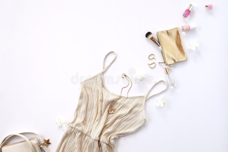 Vrouwenachtergrond - gouden gestileerde kleren en toebehoren stock foto