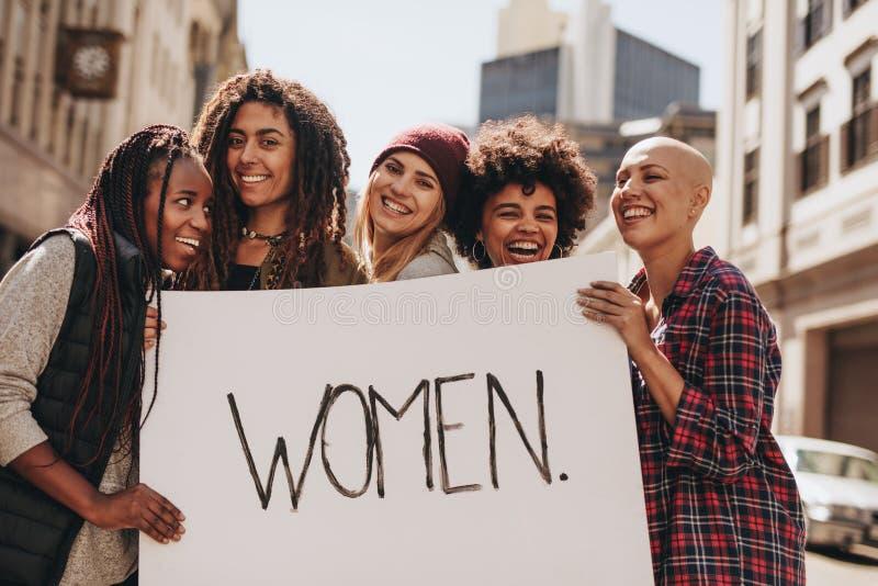 Vrouwenactivisten die tijdens een protest genieten van stock afbeeldingen