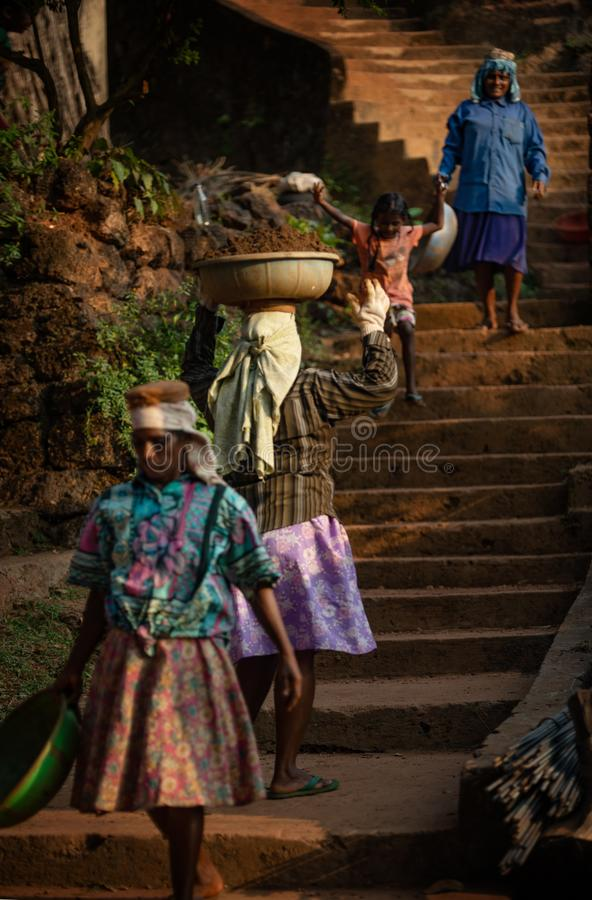 Vrouwenarbeiders die steen dragen royalty-vrije stock fotografie