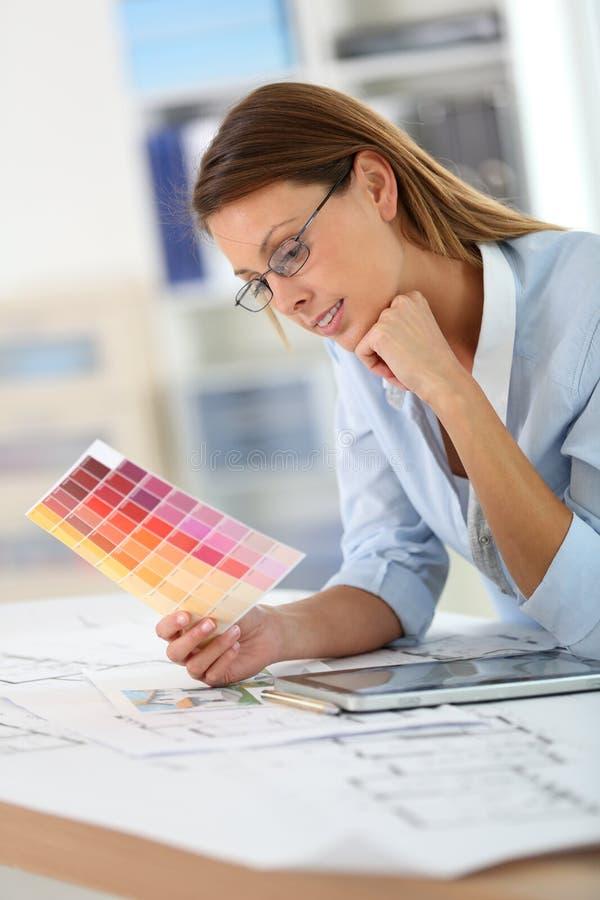 Vrouwenarchitect die aan kleurenschema's werken royalty-vrije stock afbeeldingen