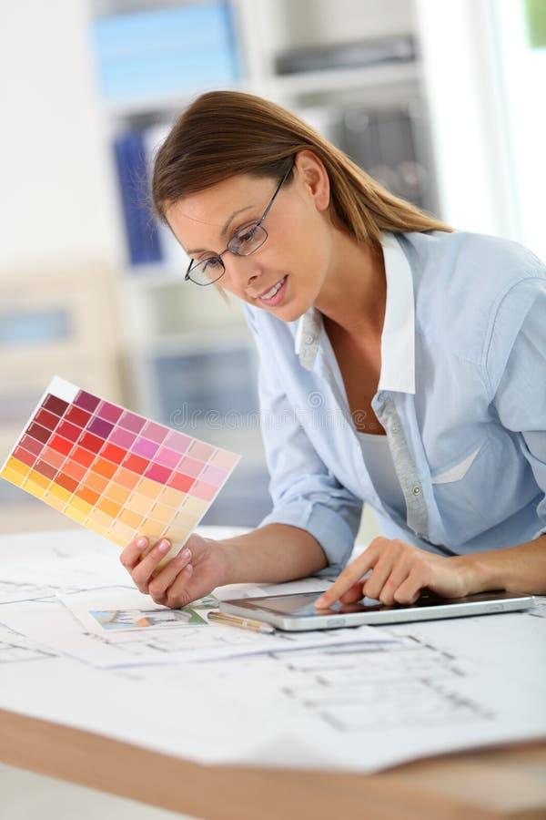 Vrouwenarchitect die kleuren voor decoratie kiezen royalty-vrije stock afbeeldingen