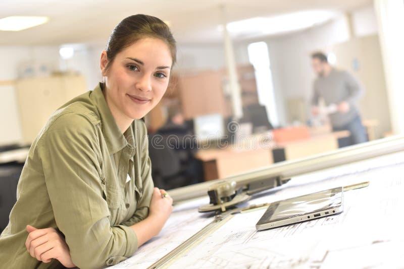 Vrouwenarchitect die tablet gebruiken op kantoor stock afbeelding