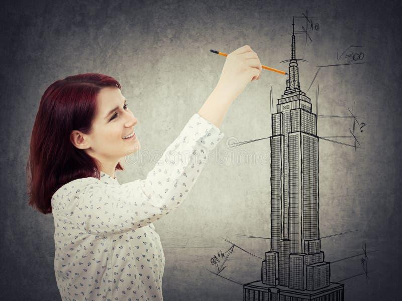 Vrouwenarchitect het schetsen royalty-vrije stock fotografie
