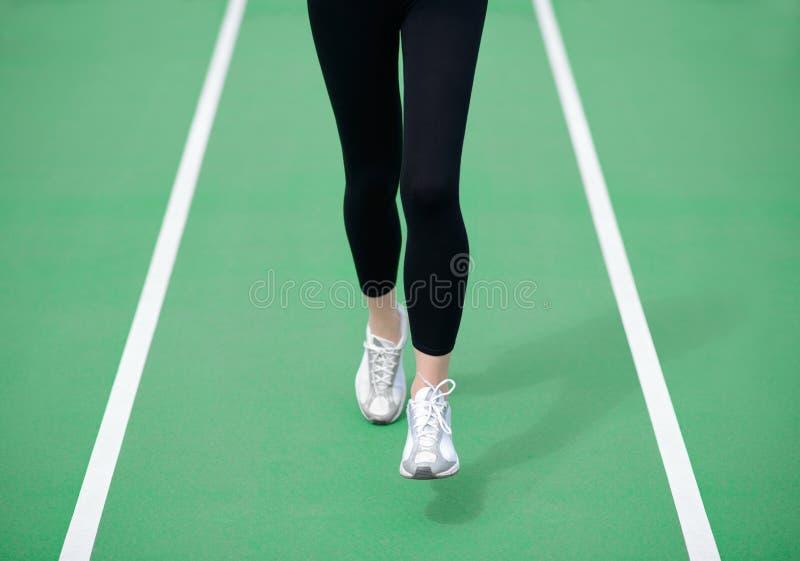 Vrouwenatleet Runner Feet Running op Groene Renbaan Geschiktheid en van Trainingwellness Concept stock afbeeldingen