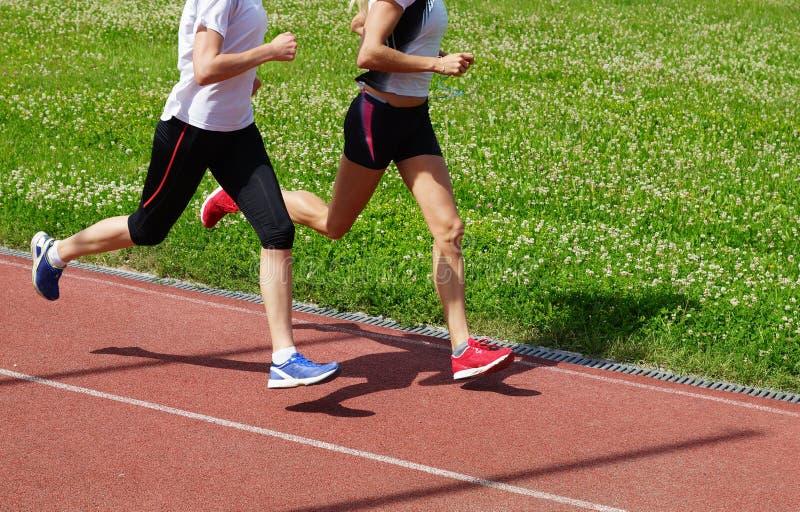 Vrouwenatleten het lopen royalty-vrije stock foto