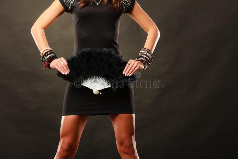 Vrouwenavondjurk met zwarte in hand ventilator stock fotografie