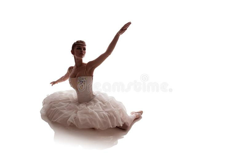 Vrouwenballerina in het witte paktutu stellen op witte achtergrond royalty-vrije stock foto's