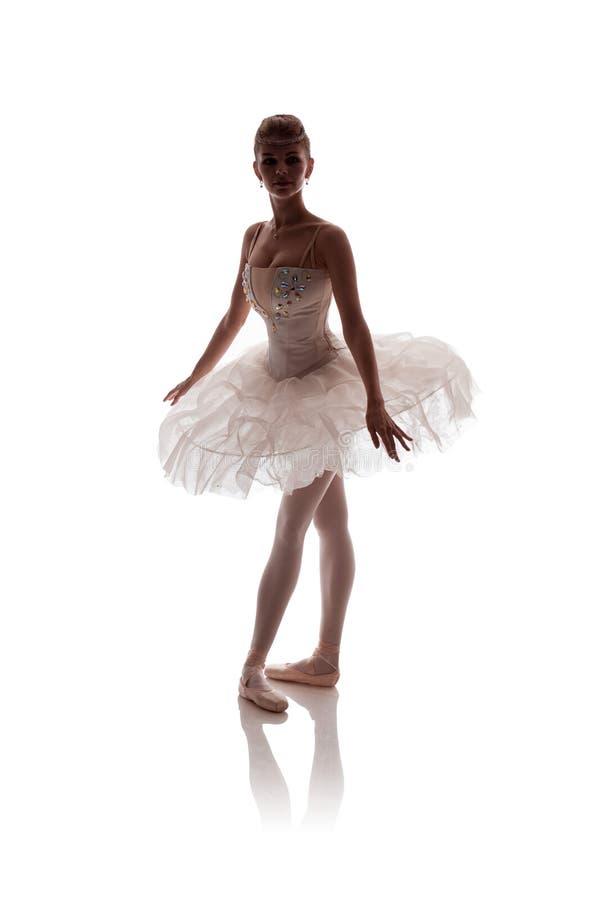 Vrouwenballerina in het witte paktutu stellen op witte achtergrond stock afbeeldingen