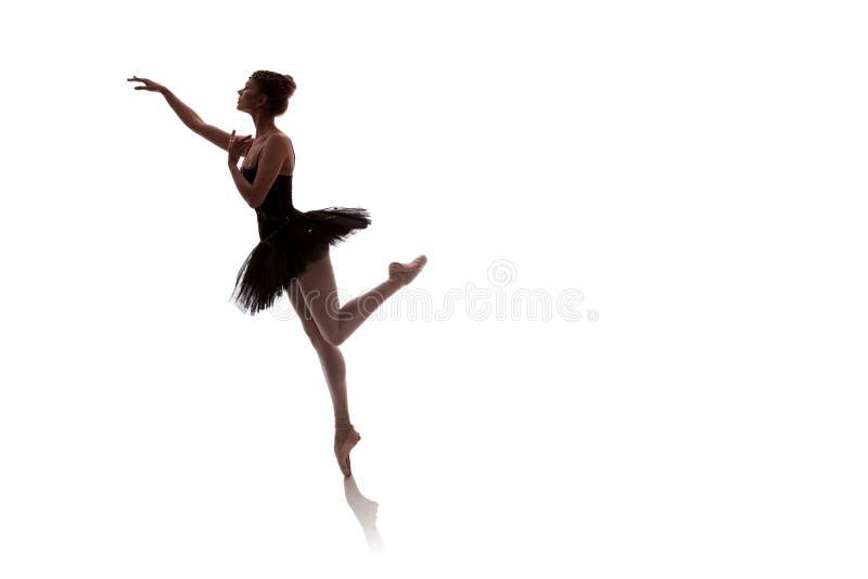 Vrouwenballerina in het zwarte paktutu stellen op witte achtergrond stock afbeeldingen