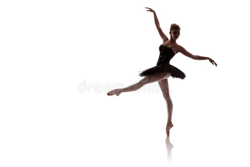 Vrouwenballerina in het zwarte paktutu stellen op witte achtergrond stock afbeelding