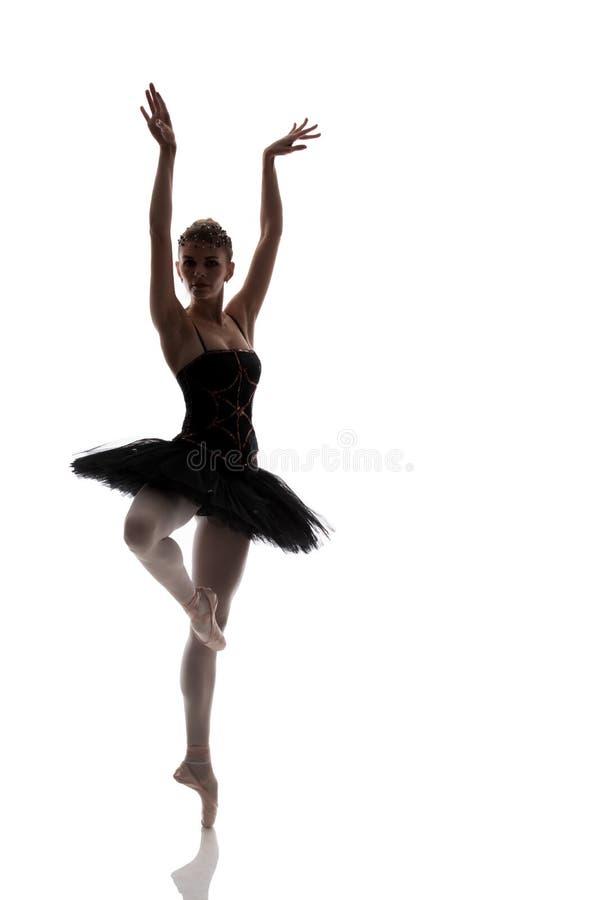 Vrouwenballerina in het zwarte tutu stellen op witte achtergrond stock foto's