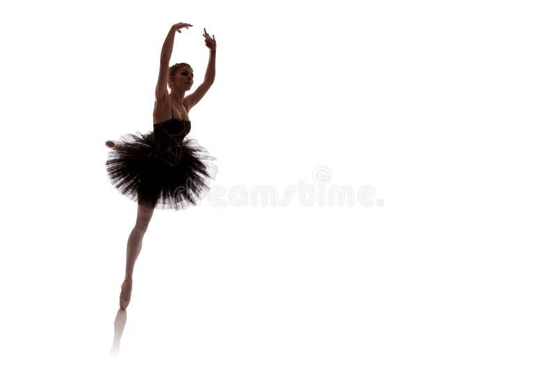 Vrouwenballerina in het zwarte tutu stellen op witte achtergrond royalty-vrije stock foto