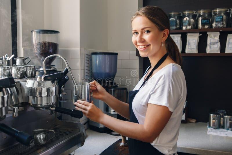 Vrouwenbarista die koffie in winkel maken royalty-vrije stock afbeelding