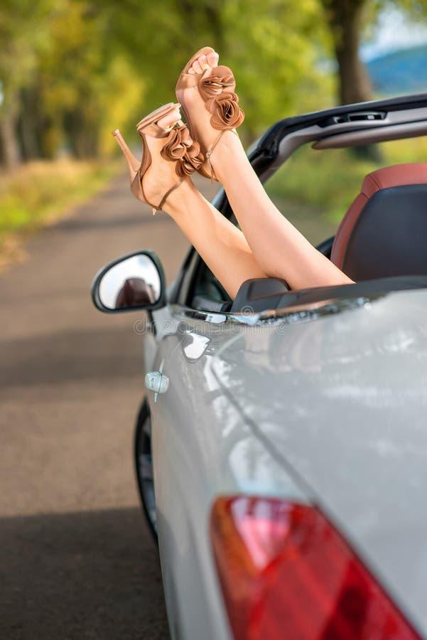 Vrouwenbenen in auto royalty-vrije stock foto