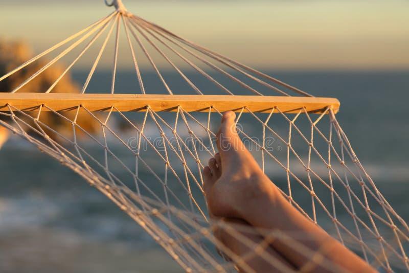 Vrouwenbenen die op een hangmat op vakantie rusten royalty-vrije stock foto's