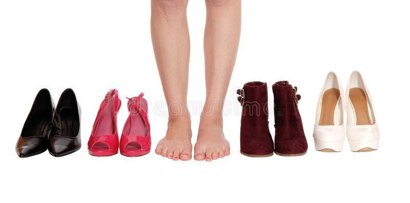 Vrouwenbenen die zich tussen hielen en laarzen bevinden stock foto's