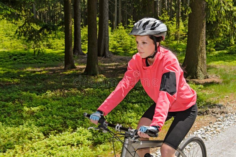 Vrouwenberg het biking in bos zonnige dag royalty-vrije stock fotografie