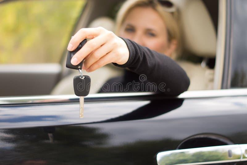 Vrouwenbestuurder die haar sleutels standhouden royalty-vrije stock afbeelding