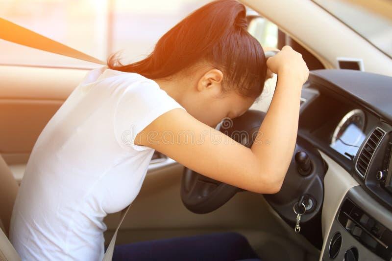 Vrouwenbestuurder droevig in auto royalty-vrije stock fotografie