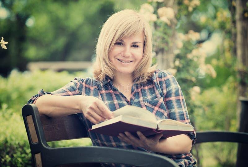 Vrouwenboek in openlucht stock foto