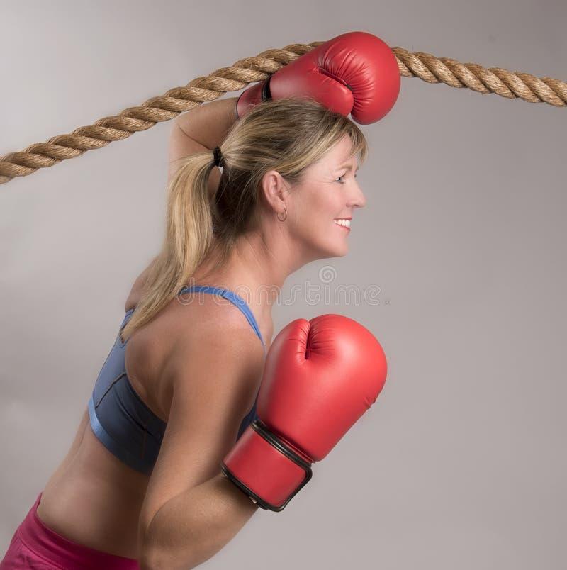 Vrouwenbokser met rode bokshandschoenen stock fotografie